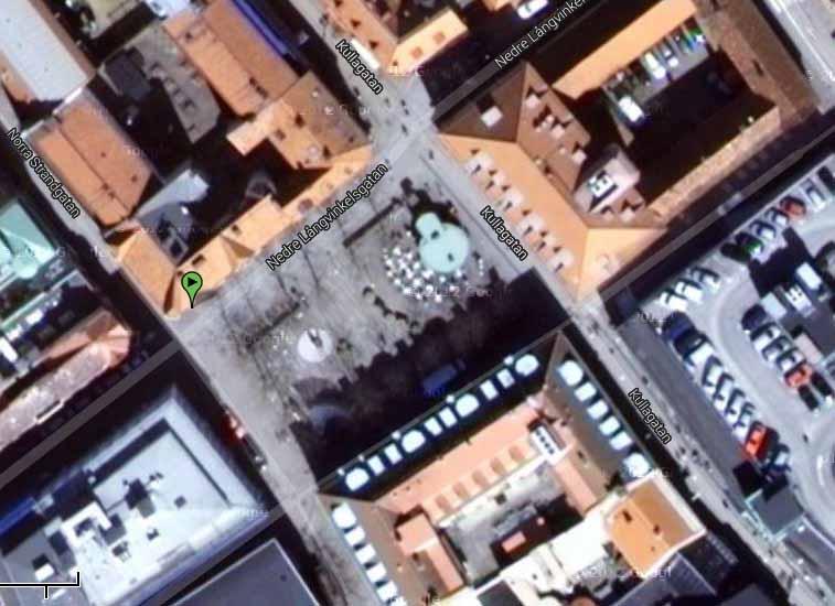 Konsul Olssons plats. OBS. Parkeringen i bildens högra kant ligger upp på taket av  en gedigen byggnad och kan alltså inte ses från torget.