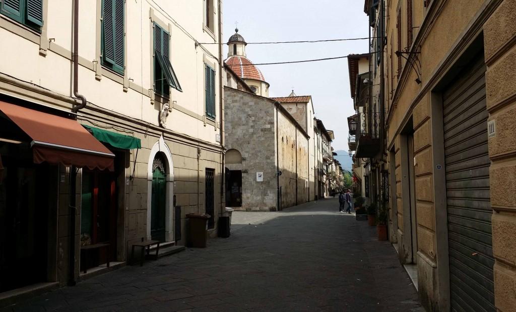 Via Vittorio Emanuele. Piazza San Bernardino skymtar till vänster.