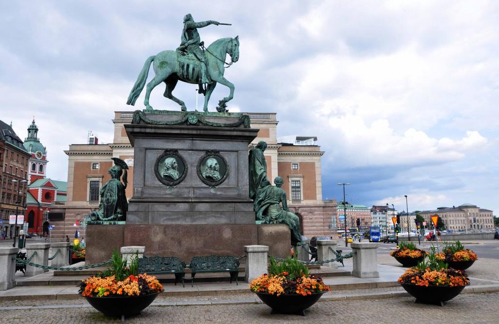 Gustav II Adolf med Stockholms operahus i bakgrunden.
