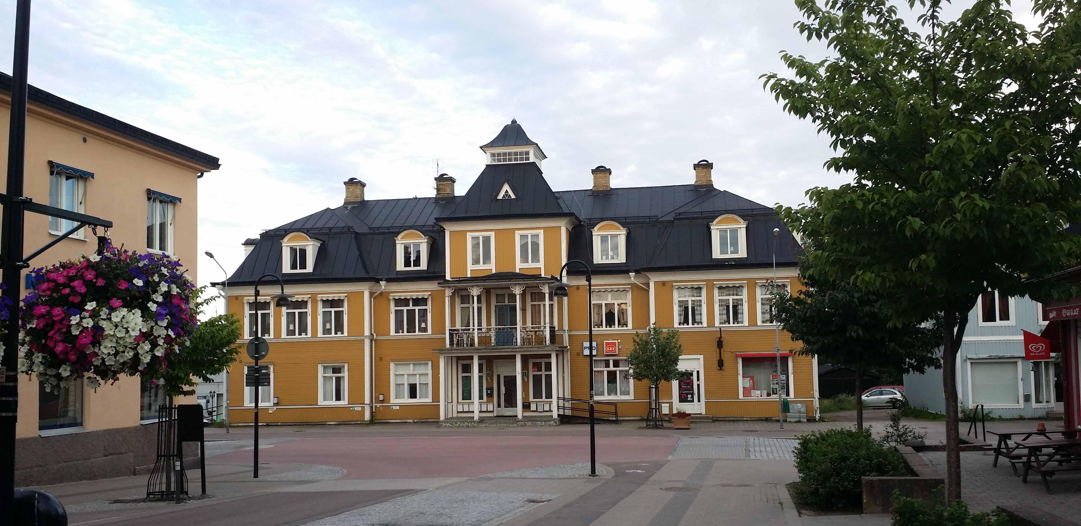Hotellet grannsbyggnad vi torget.