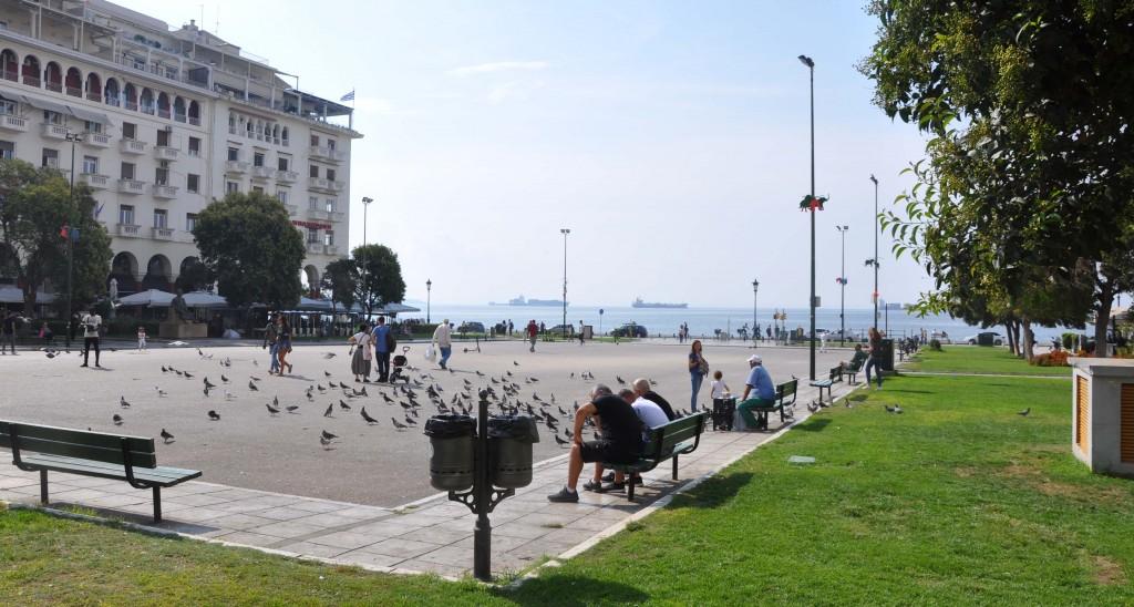 En vanlig eftermiddag på Aristotelelstorget - i havets närhet.