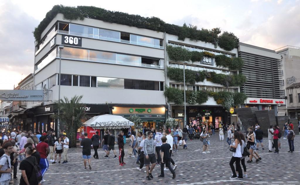 Modernistisk bebyggelse vid torget.