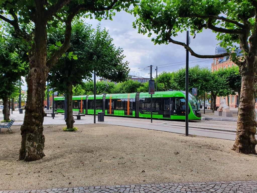 Skånetrafikens sköna, gröna färg på spårvagnen.